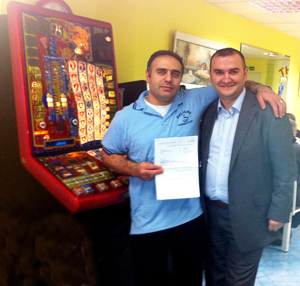 Delight Kebab House'un sahibi İlhan Alıcı Oyun Makinesi Lisansını NARTS Başkanı Mahir Kılıç'tan teslim aldı.